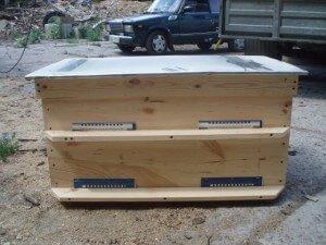 Готовый улей на две пчелосемьи