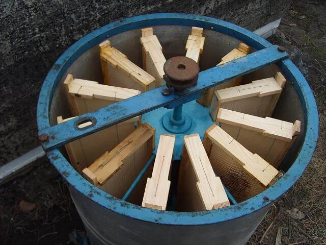 Доработанная радиальная медогонка в полусобранном виде с установленными рамками