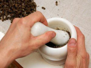 Измельчение пчелиного подмора