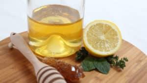 Эффективно от кашля использовать мед с лимоном