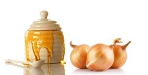 В лечении используется мед с луком