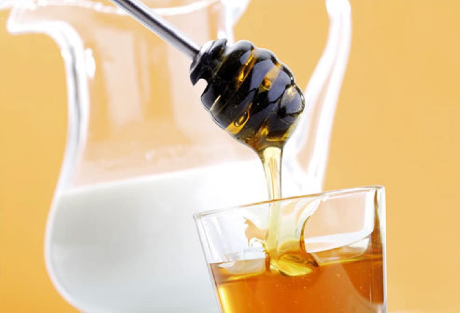 Польза горячего молока с медом, маслом или прополисом от кашля